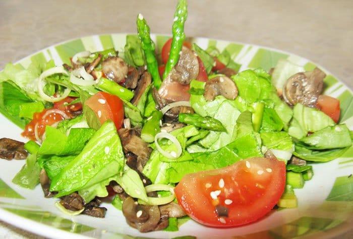 Салат со спаржей и грибами - рецепт с фото