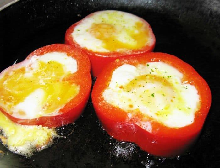 Фото рецепта - Яйца в болгарском перце на завтрак - шаг 3