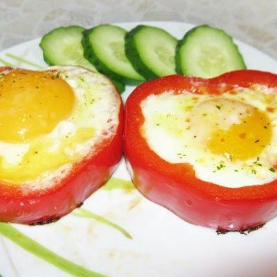 Яйца в болгарском перце на завтрак - рецепт с фото