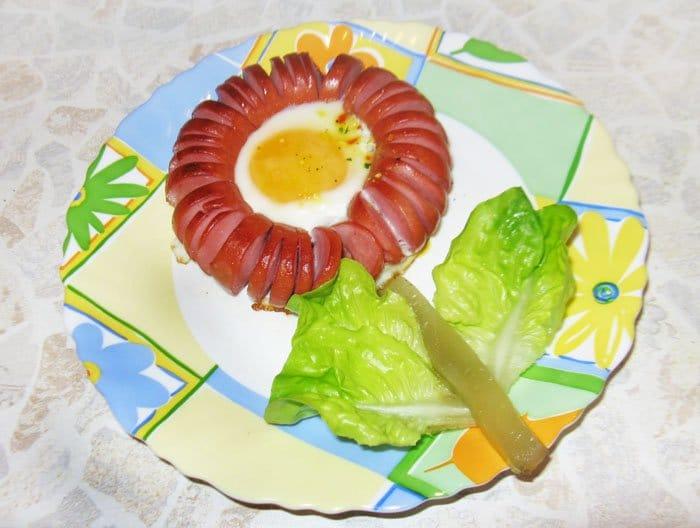 Жареные сосиски с яйцом - рецепт с фото