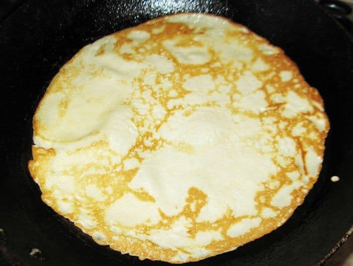 Фото рецепта - Блины с ветчиной и яйцами - шаг 3