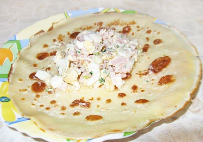 Фото рецепта - Блины с ветчиной и яйцами - шаг 5