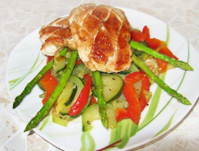 Отбивное куриное филе с цукини и спаржей - рецепт с фото