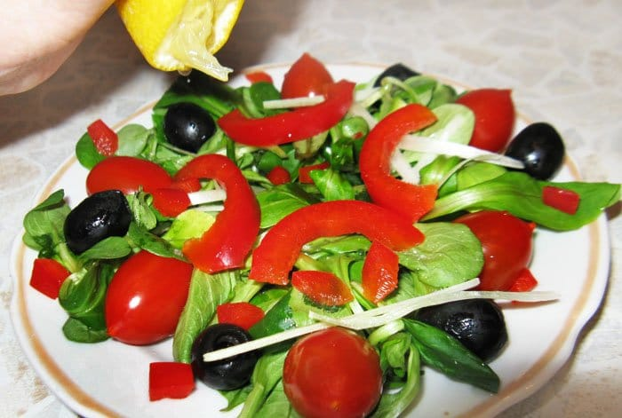 Фото рецепта - Салат по-итальянски с перцем, маслинами и черри - шаг 4