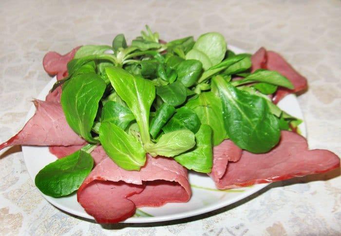Фото рецепта - Салат с говядиной и вялеными помидорами - шаг 3
