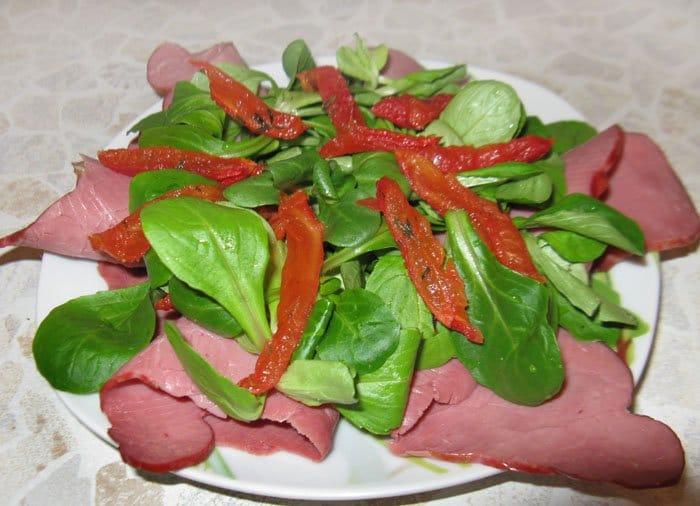 Фото рецепта - Салат с говядиной и вялеными помидорами - шаг 5