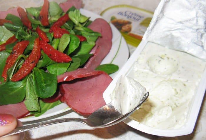 Фото рецепта - Салат с говядиной и вялеными помидорами - шаг 6