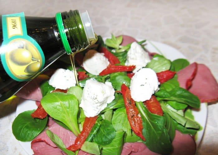 Фото рецепта - Салат с говядиной и вялеными помидорами - шаг 7