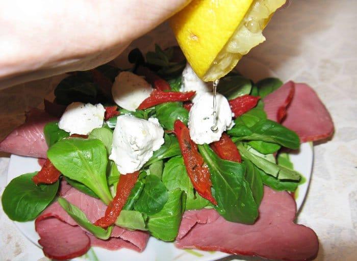 Фото рецепта - Салат с говядиной и вялеными помидорами - шаг 8