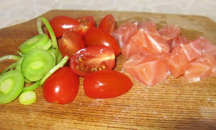 Фото рецепта - Салат с семгой и помидорами-черри - шаг 1