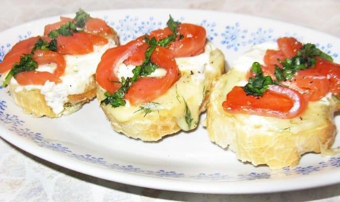 Фото рецепта - Бутерброды с сыром Филадельфия и красной рыбой - шаг 2