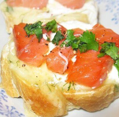 Бутерброды с сыром Филадельфия и красной рыбой - рецепт с фото