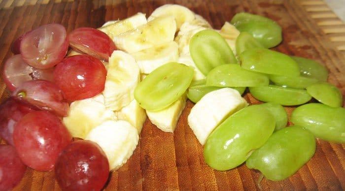 Фото рецепта - Фруктовый салат с йогуртом и миндалем - шаг 2