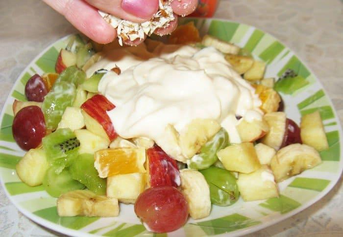 Фото рецепта - Фруктовый салат с йогуртом и миндалем - шаг 4