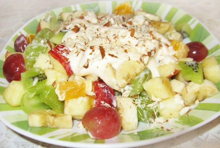 Фруктовый салат с йогуртом и миндалем - рецепт с фото