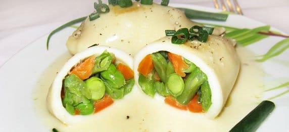 Кальмары фаршированные овощами - рецепт с фото