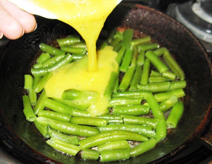 Фото рецепта - Многоцветный омлет с овощами и рыбой - шаг 1