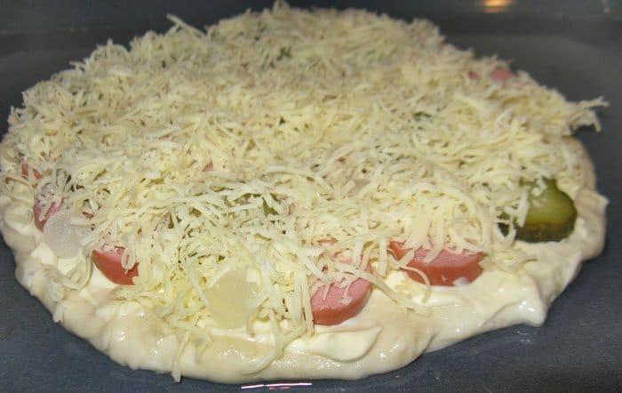 Фото рецепта - Пицца с сыром и колбаской - шаг 3