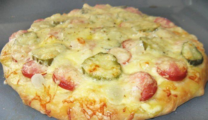 Пицца с сыром и колбаской