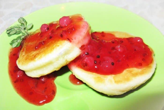 Сырники с соусом из красной смородины - рецепт с фото