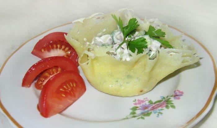 Фото рецепта - Сырные корзинки с салатом из языка - шаг 7