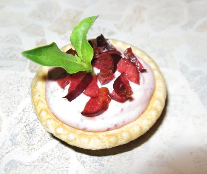 Творожный десерт с вишней - рецепт с фото