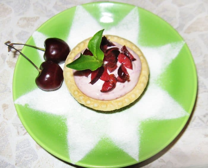 Фото рецепта - Творожный десерт с вишней - шаг 5