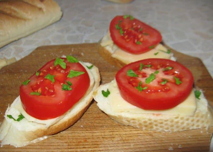 Фото рецепта - Брускетты (бутерброды) с помидорами и сыром - шаг 2
