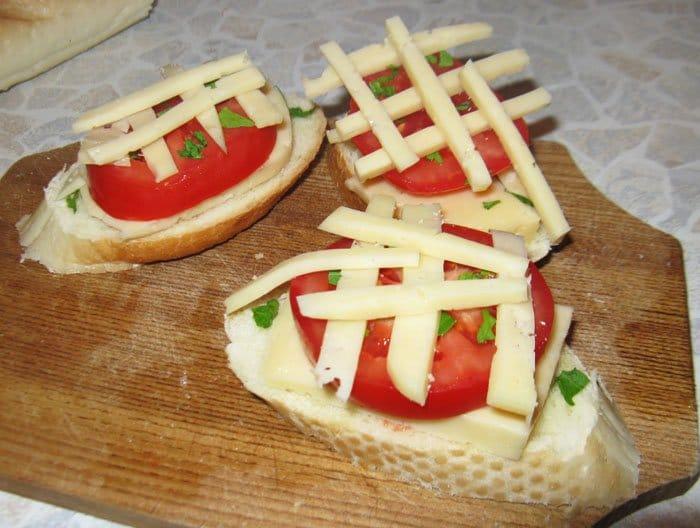 Фото рецепта - Брускетты (бутерброды) с помидорами и сыром - шаг 3
