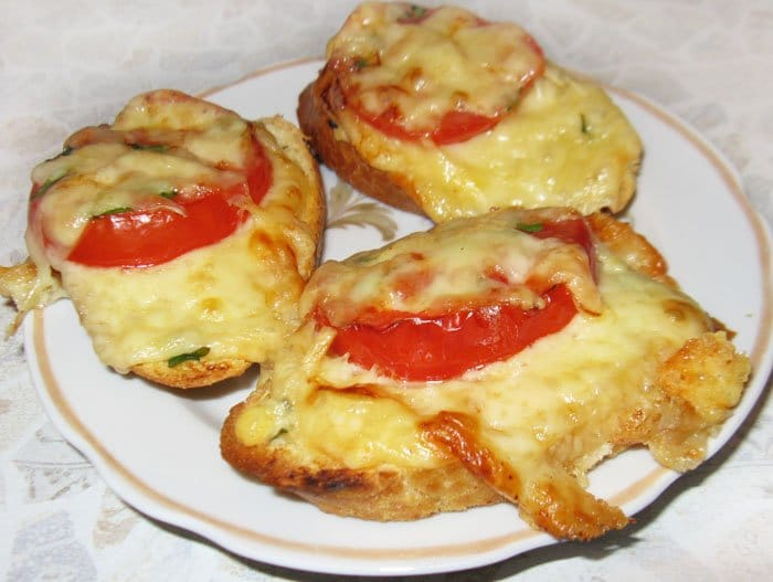 Брускетты (бутерброды) с помидорами и сыром - рецепт с фото