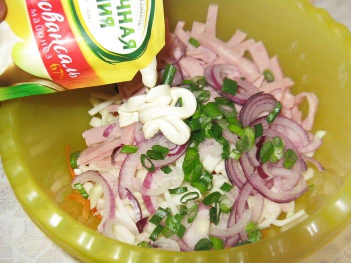 Фото рецепта - Салат из кольраби с ветчиной и морковью - шаг 5