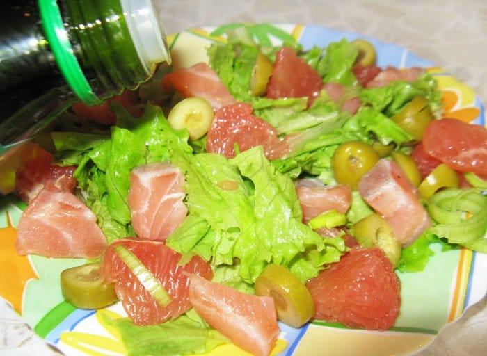 Фото рецепта - Салат из лосося с грейпфрутом и оливками - шаг 3