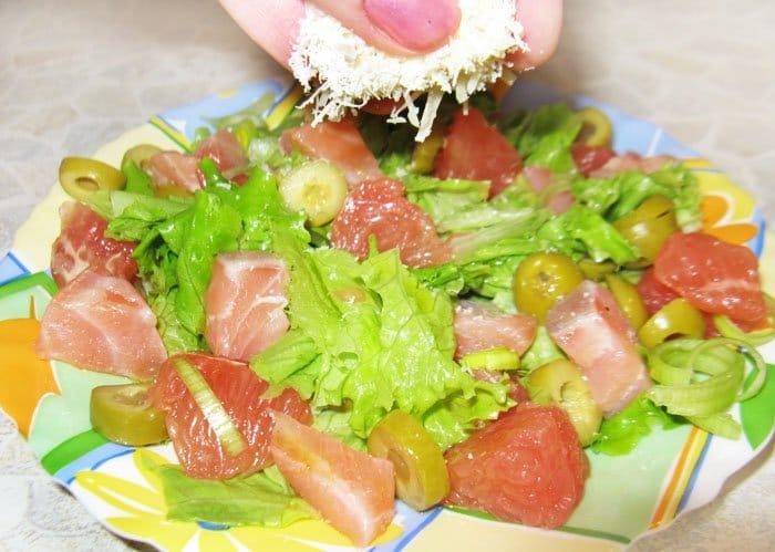 Фото рецепта - Салат из лосося с грейпфрутом и оливками - шаг 4