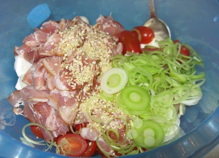 Фото рецепта - Салат с моцареллой, помидорами черри и грудинкой - шаг 4