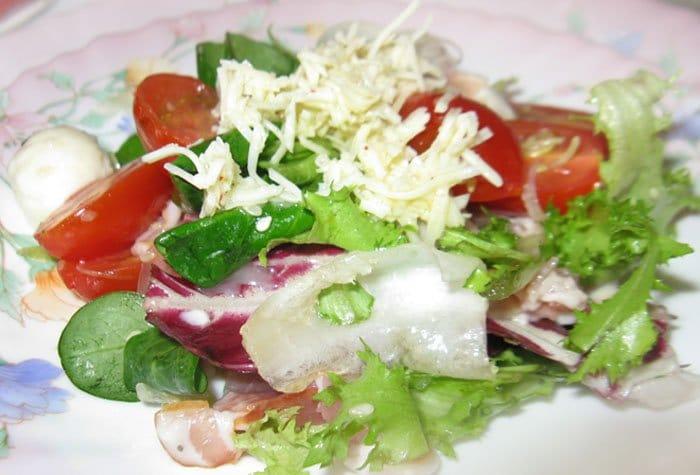 Салат с моцареллой, помидорами черри и грудинкой - рецепт с фото
