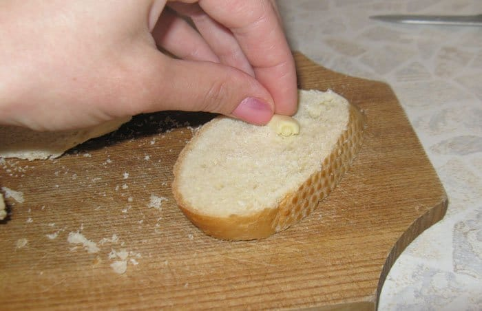 Фото рецепта - Брускетты (бутерброды) с сыром и грибами - шаг 2