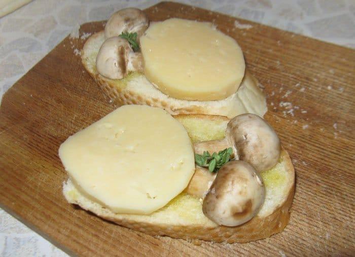 Фото рецепта - Брускетты (бутерброды) с сыром и грибами - шаг 4
