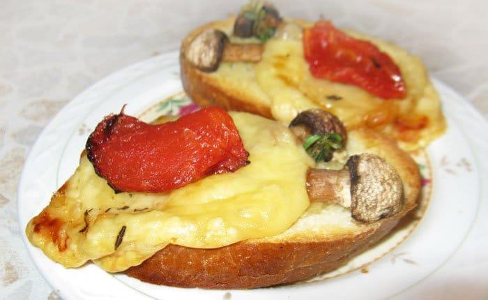 Фото рецепта - Брускетты (бутерброды) с сыром и грибами - шаг 6