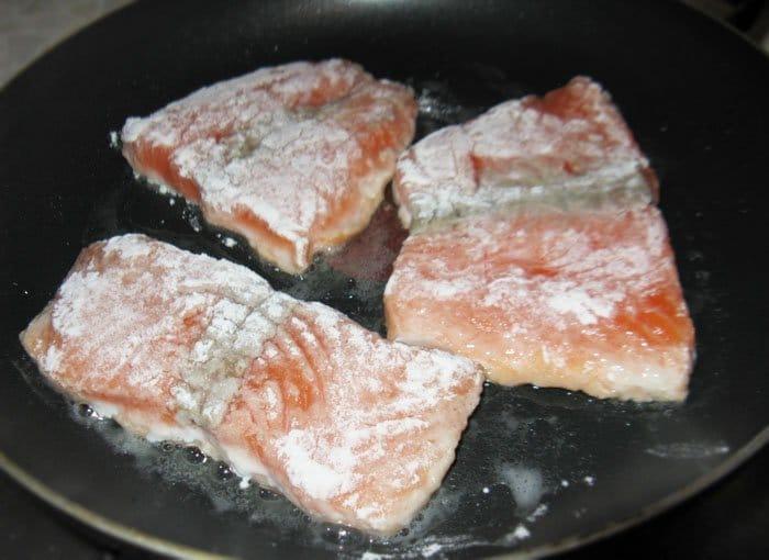 Фото рецепта - Жареная рыба с ветчиной и болгарским перцем - шаг 2