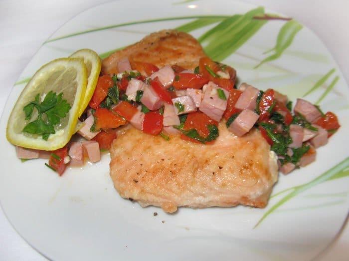 Фото рецепта - Жареная рыба с ветчиной и болгарским перцем - шаг 5