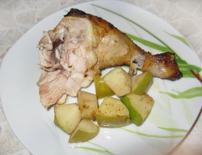 Фото рецепта - Курица фаршированная яблоками, запеченная в духовке - шаг 5