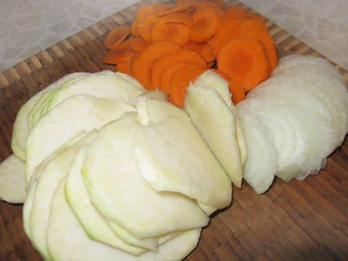Фото рецепта - Слоеная запеканка из картофеля и кольраби - шаг 1