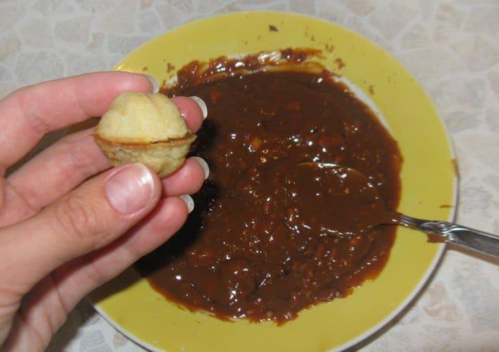 Фото рецепта - Печенье – хрустящие орешки со сгущенкой - шаг 9