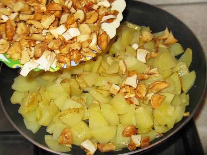 Фото рецепта - Жареная картошка с лисичками - шаг 1
