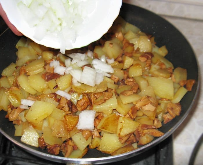 Фото рецепта - Жареная картошка с лисичками - шаг 2