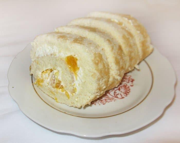 Бисквитный рулет с творогом и апельсинами - рецепт с фото