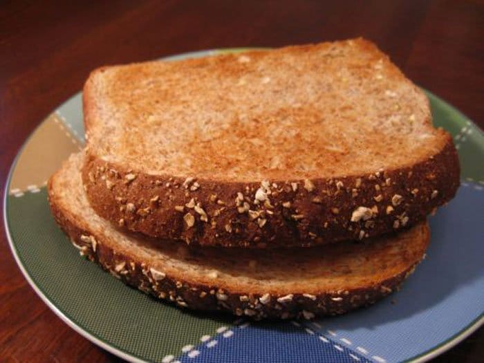 Фото рецепта - Бутерброд с яйцом и малиновым вареньем - шаг 1