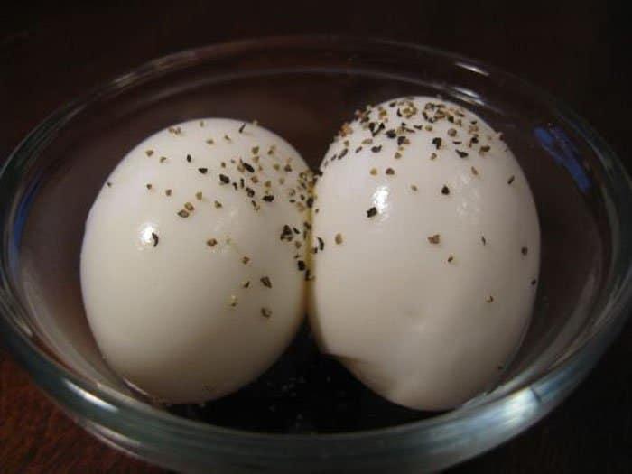 Фото рецепта - Бутерброд с яйцом и малиновым вареньем - шаг 2
