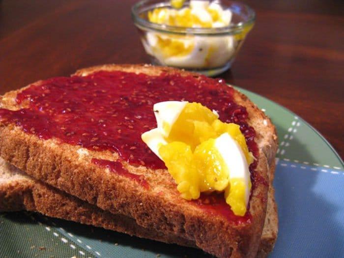 Фото рецепта - Бутерброд с яйцом и малиновым вареньем - шаг 4