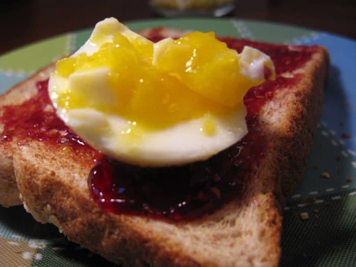 Бутерброд с яйцом и малиновым вареньем